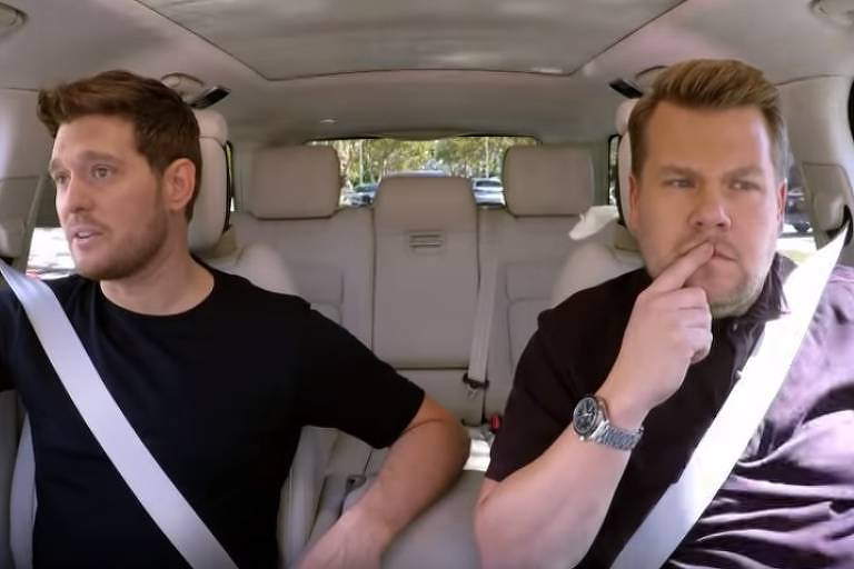 """Michael Bublé e James Corden durante o quadro """"Carpool Karaoke"""""""