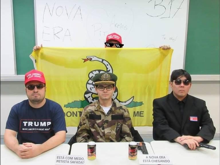 Quatro jovens aparecem armados em foto clicada em sala da FEA