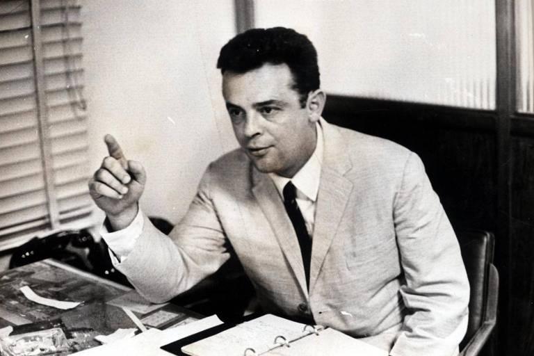 O escritor, jornalista e deputado federal Márcio Moreira Alves em seu gabinete