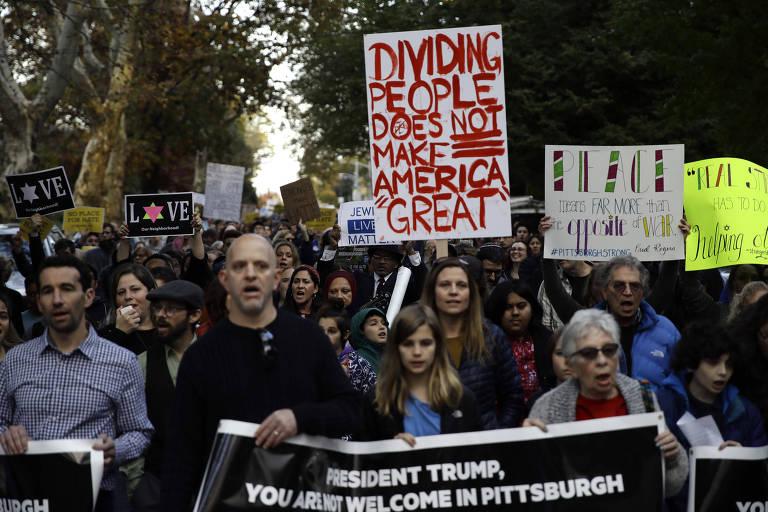 Manifestantes participam de protesto em Pittsburgh contra a visita do presidente Donald Trump