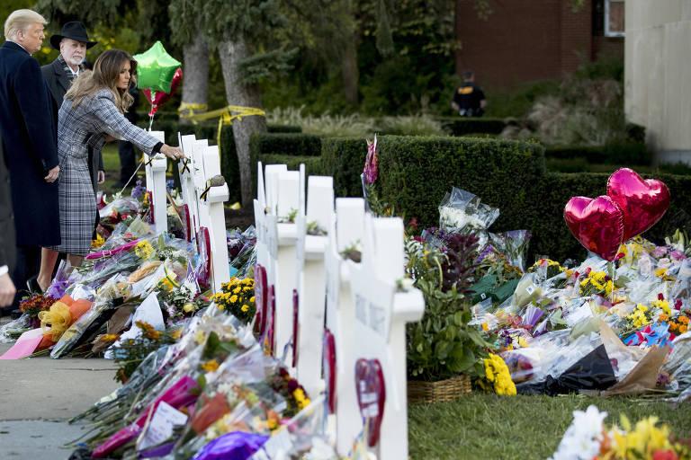 Acompanhada por Donald Trump e pelo rabino Jeffrey Myers, a primeira-dama Melania coloca flores no memorial para as vítimas