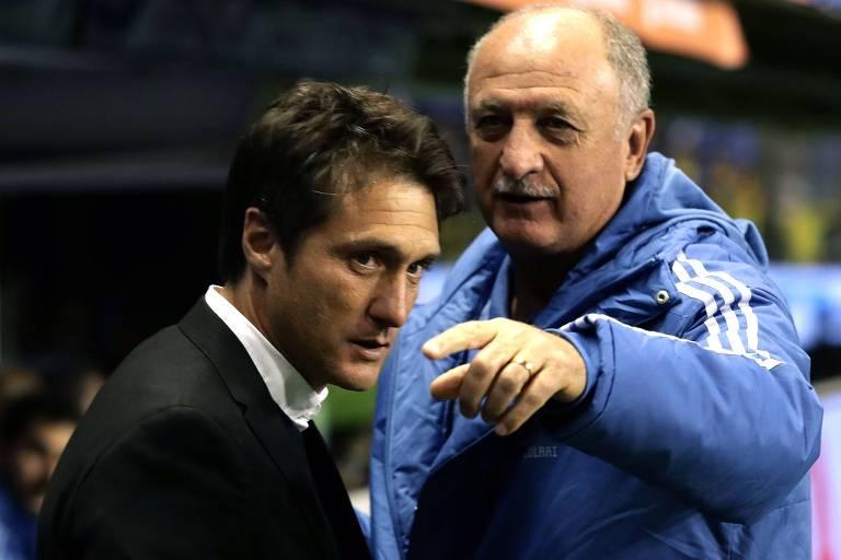Guillermo Schelotto (esq.) conversa com Luiz Felipe Scolari antes da primeira partida semifinal da Libertadores, em La Bombonera