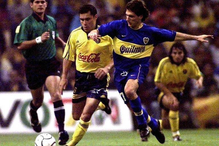 Guillermo Schelotto disputa bola com Lara, do América do México, durante a semifinal da Libertadores de 2000