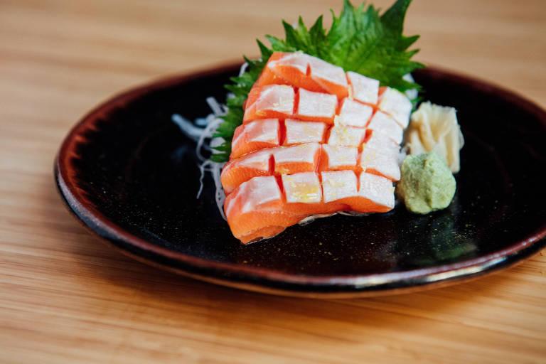 Sashimi de barriga de salmão trufada com raspas de limão do Tatá Sushi
