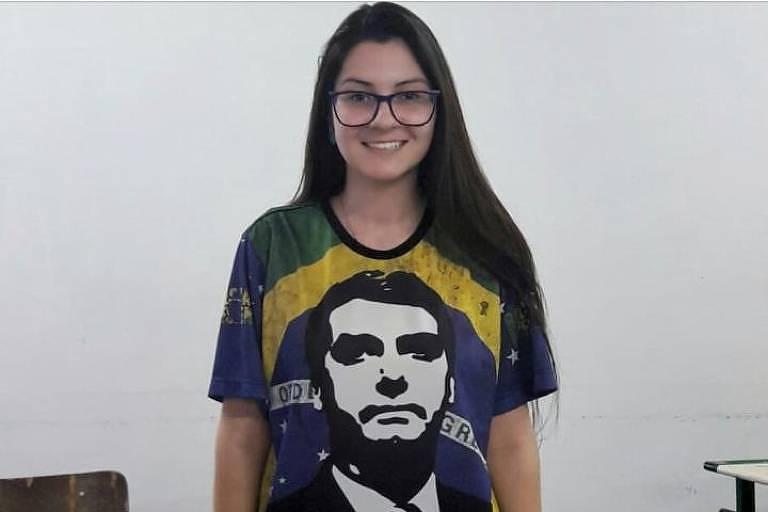 Deputada defensora do Escola sem Partido posa com camisa do Bolsonaro em sala de aula