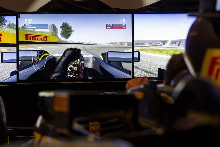 Simulador de carro da F1 da Pirelli durante a festa da Folha Top of Mind 2018