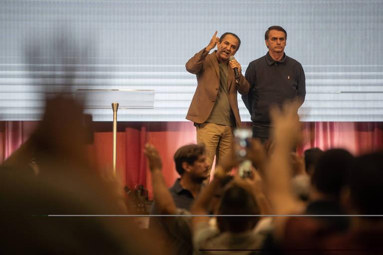 O presidente eleito Jair Bolsonaro (PSL) participa de culto ao lado do pastor Silas Malafaia na Assembleia de Deus Vitória em Cristo, na zona norte do Rio de Janeiro