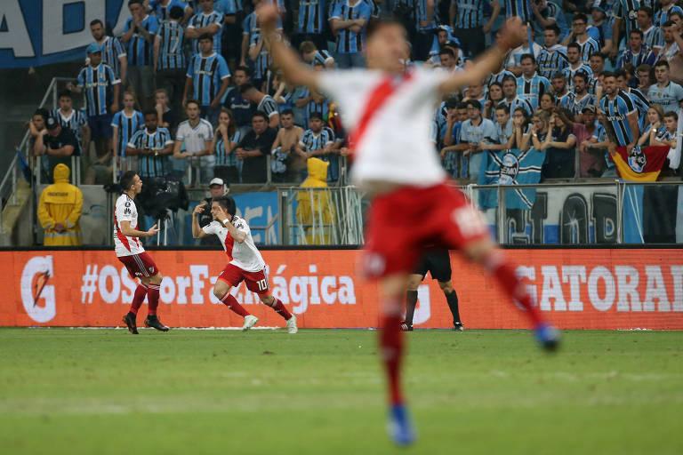 Pity Martínez (no fundo) comemora o segundo gol do River, que classificou a equipe argentina para a final da Libertadores