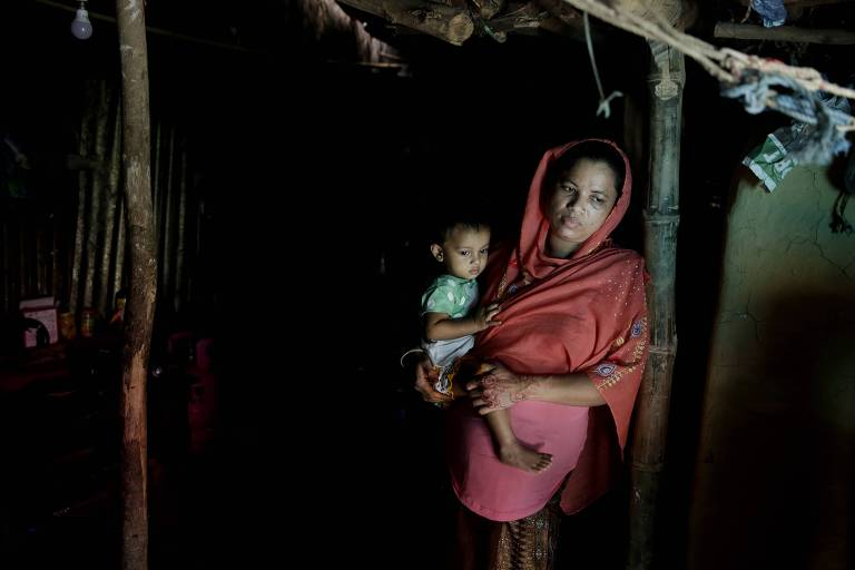 Mulher rohingya com seu filho em um campo de refugiados de Bangladesh