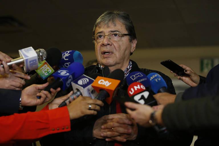 O chanceler da Colômbia, Carlos Holmes Trujillo, é cercado por microfones