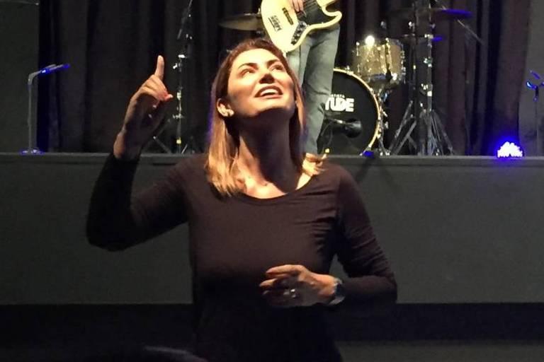 Michelle Bolsonaro, mulher do presidente eleito, faz tradução em Libras de música em culto evangélico