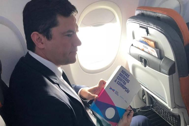 Sergio Moro com livro sobre medidas contra corrupção