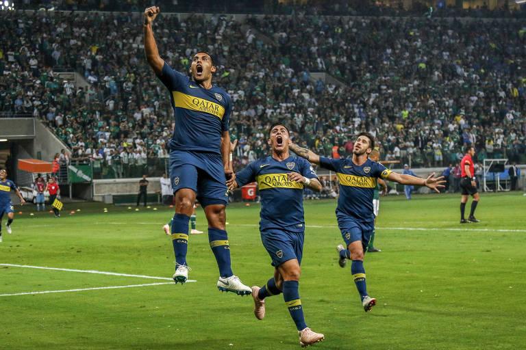 Abila comemora com a mão levantada após fazer gol para o Boca Juniors na semifinal da Libertadores
