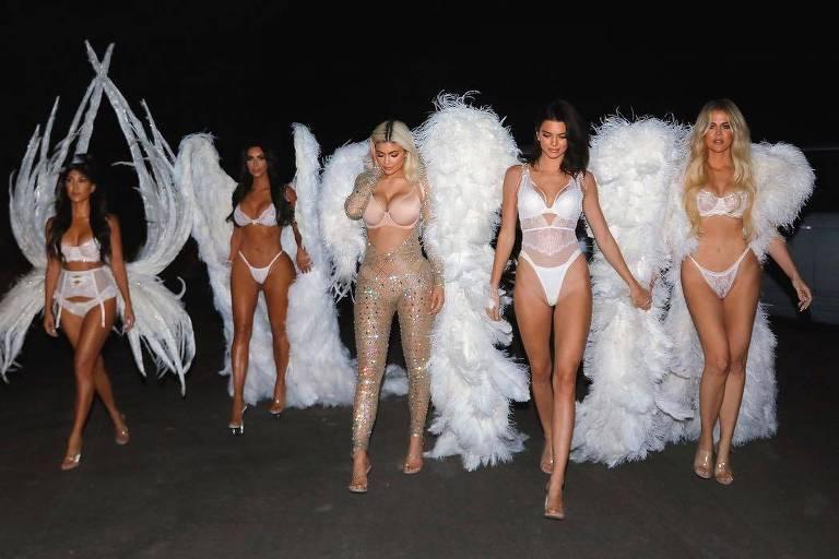 As irmãs Kardashian pegaram emprestadas as asas da marca Victoria's Secrets para suas fantasias de halloween