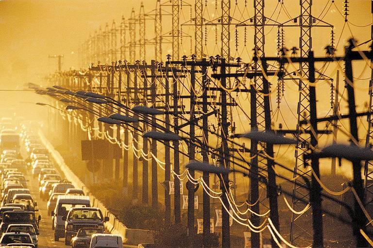 Linhas responsáveis pela distribuição de energia diretamente aos consumidores, na marginal Pinheiros