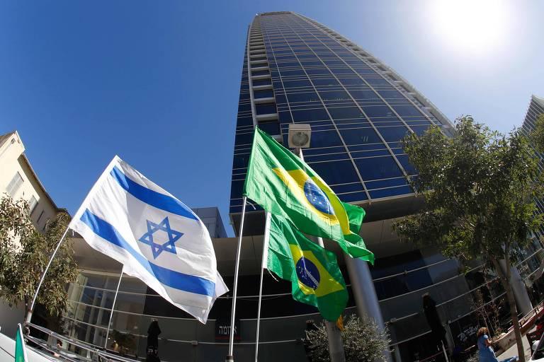 Bandeiras de Israel e Brasil tremulam em frente à embaixada brasileira em Tel Aviv