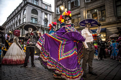 Pessoas fantasiadas de caveira mexicana participam de Desfile do Dia dos Mortos na Cidade do México