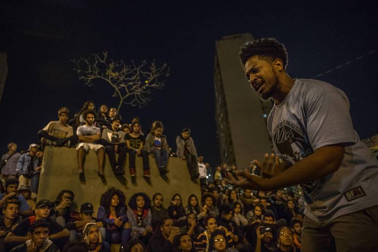 Batalha de poesia do Slam Resistencia na praça Roosevelt, em 2017