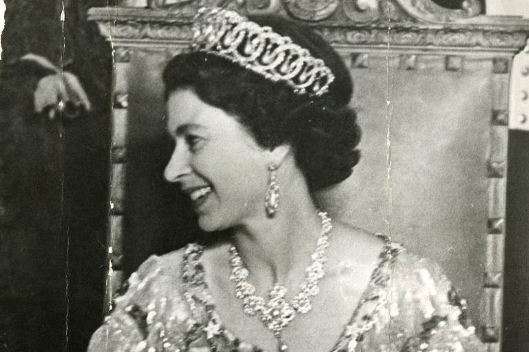 A rainha Elizabeth 2ª sorri durante visita a São Paulo