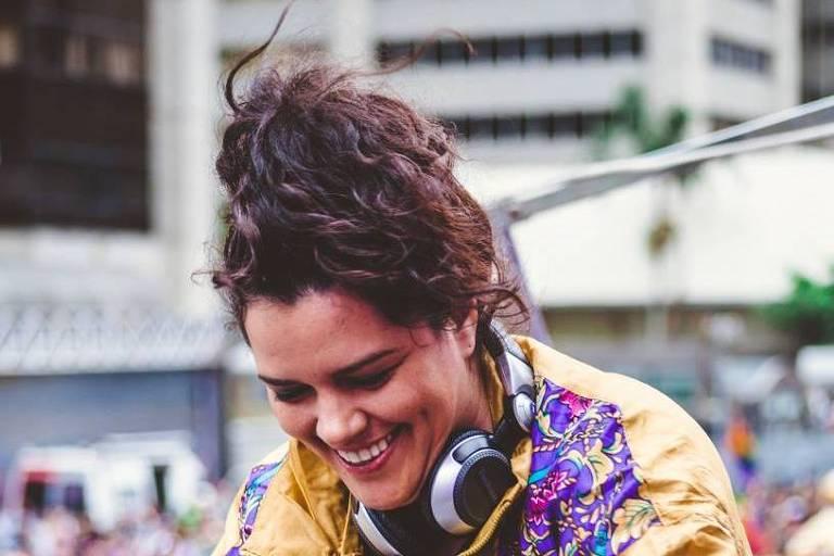 A DJ da festa Desculpa Qualquer Coisa que toca na Queermesse-Pirigótica!