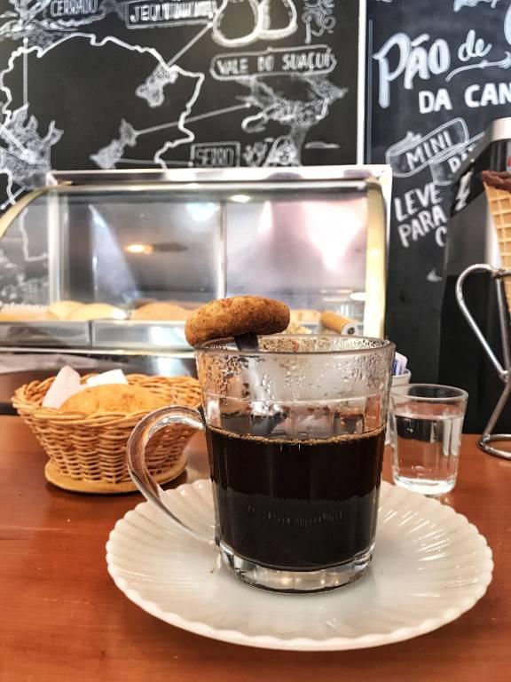 Café coado e pão de queijo servidos no Autêntico, no Bixiga