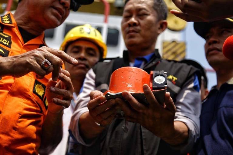 Autoridades mostram parte da caixa-preta do voo JT610, que caiu no mar na Indonésia, recuperada nesta quinta-feira (1º)