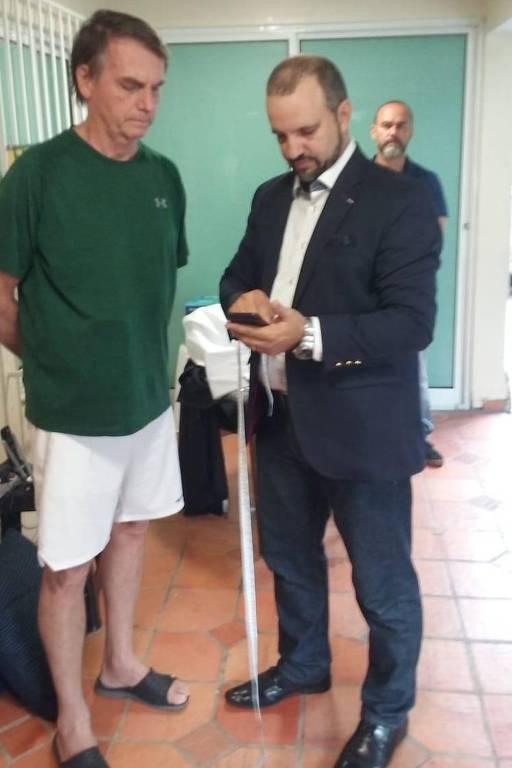 O alfaiate Santino Gonçalves tira as medidas de Jair Bolsonaro (PSL) para o terno da posse
