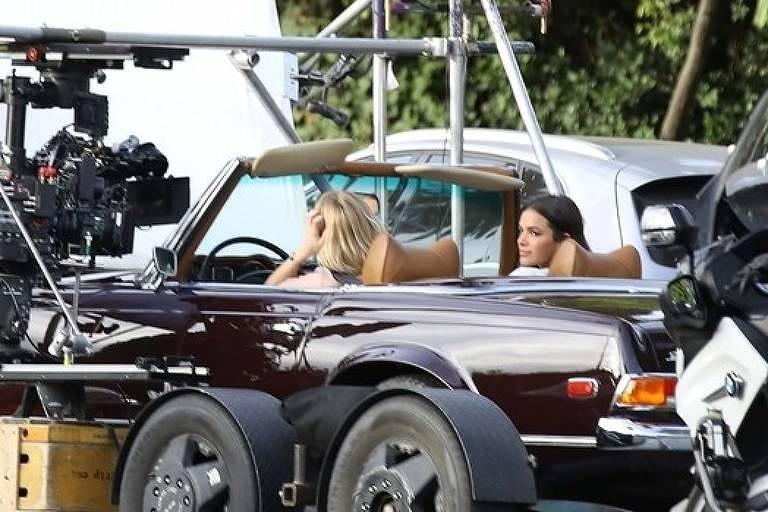 Bruna Marquezine e Emma Roberts gravam em carro
