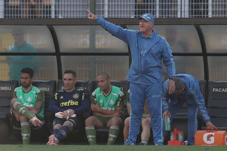 Felipão gesticula para orientar jogadores do Palmeiras durante jogo contra o Ceará, pelo Campeonato Brasileiro