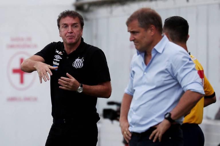 Cuca (esq.), treinador do Santos, e Diego Aguirre, técnico do São Paulo, durante jogo na Vila Belmiro, pelo Brasileiro