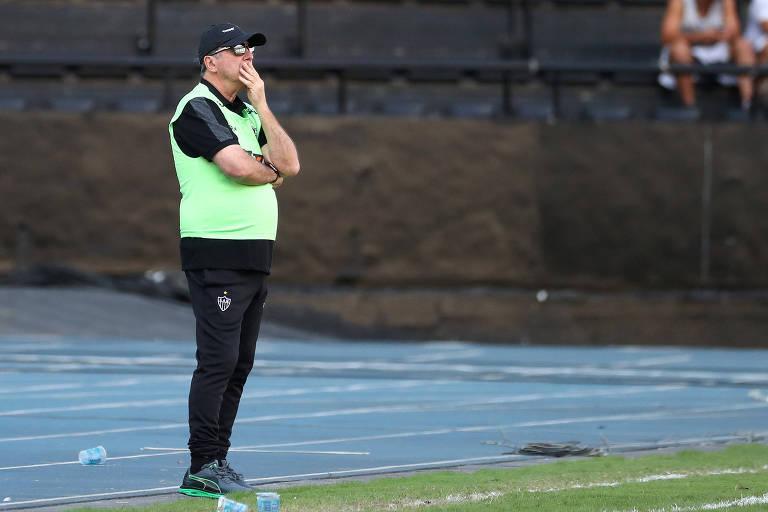Levir Culpi, 65, observa jogo do Atlético-MG contra o Fluminense no Rio, pelo Brasileiro