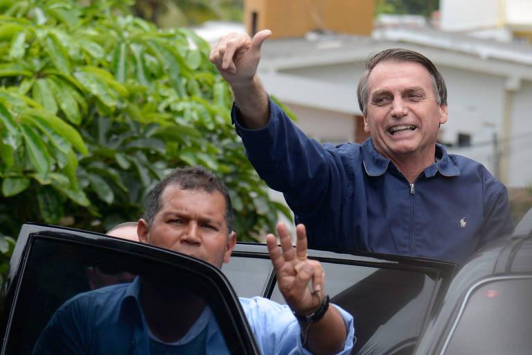 O presidente eleito, Jair Bolsonaro (PSL), cumprimenta apoiadores em frente à sua casa, na Barra da Tijuca, zona oeste do Rio