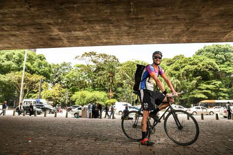 SÃO PAULO, SP, 30.10.2018 - O economista André Beck, 33, dono da empresa de entregas de bicicleta É Pra Jah, no vão livre do Masp, em São Paulo. Ele já teve outra empresa de entregas de bicicleta com um sócio, mas acabou tendo alguns problemas e acabou saindo para pedalar por conta própria. Ele costuma fazer entregas na região da Paulista para um restaurante. (Foto: Karime Xavier/Folhapress)
