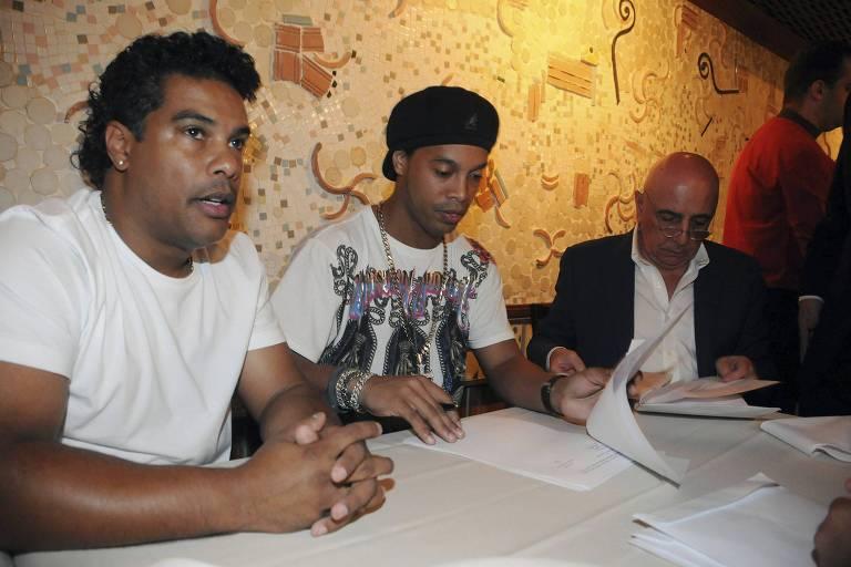 Assis (à esq.) e Ronaldinho Gaúcho (ao seu lado), assinam contrato com o Flamengo em 2011