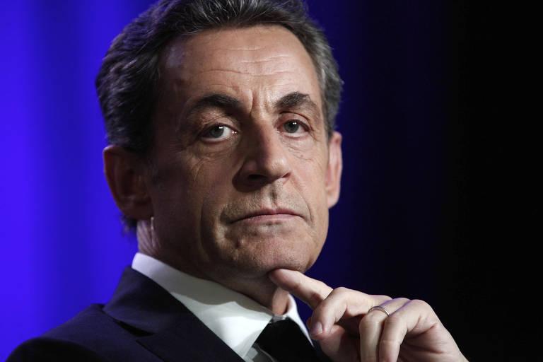 O ex-presidente da França Nicolas Sarkozy com a mão no queixo e feição séria