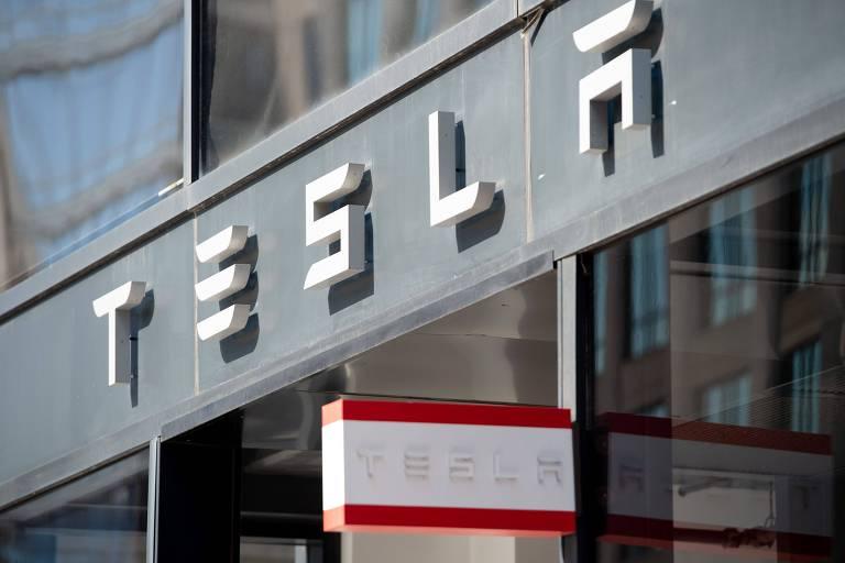 """Logo da Tesla em Washington, DC; montadora de veículos elétricos, liderada pelo bilionário Elon Musk, disse que reduzirá os preços dos dois modelos em 12% a 26% para tornar os carros mais """"acessíveis"""""""