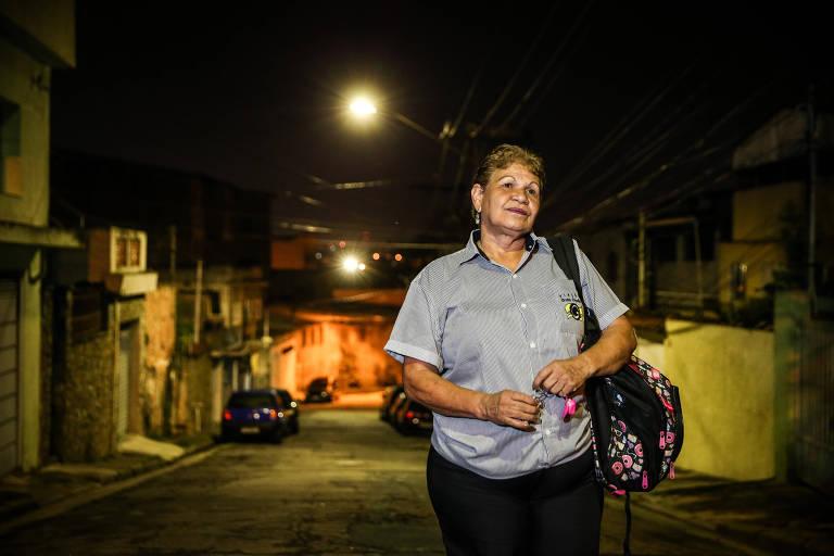 Dona Rosa caminha de casa até o ponto de ônibus todas as madrugadas e vai ter que acordar mais cedo a partir do dia 4