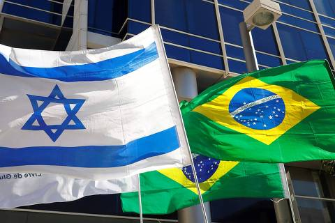 TOPSHOT - In this photo taken on October 28, 2018, the Israeli and Brazilian flags hang outside the building housing the offices of the Brazilian Embassy, in the Israeli city of Tel Aviv. - Israeli Prime Minister Benjamin Netanyahu on November 1, hailed as