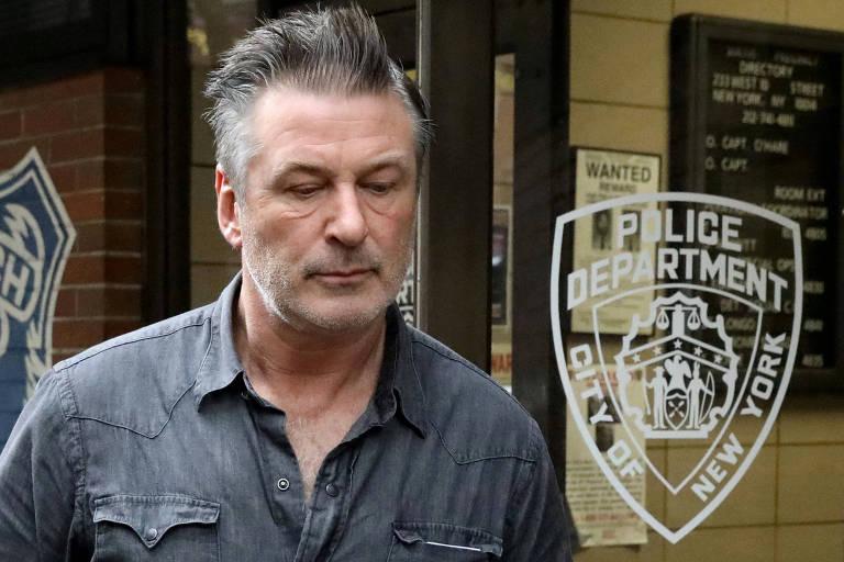 Alec Baldwin deixa delegacia em Nova York