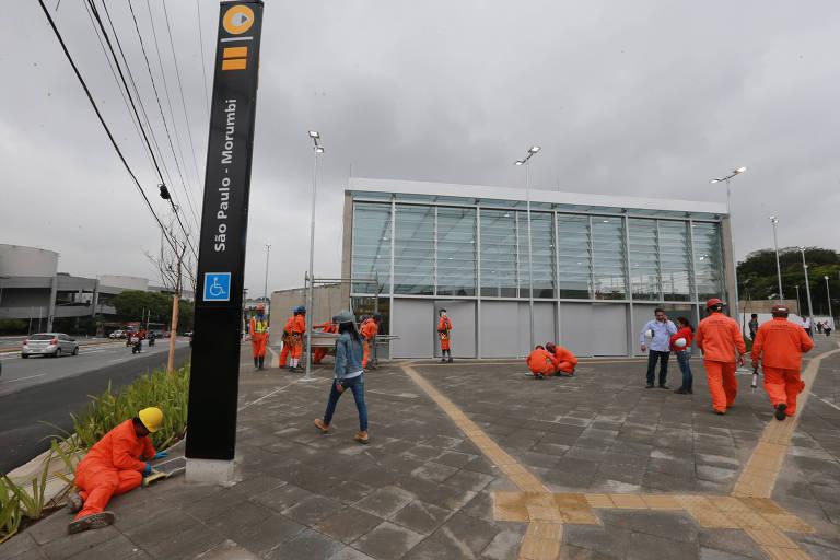 Operários fazem últimos retoques para inauguração da estação São Paulo-Morumbi, da linha 4-amarela, em funcionamento desde 27 de outubro