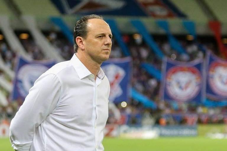 O técnico Rogério Ceni observa equipe durante partida do Fortaleza