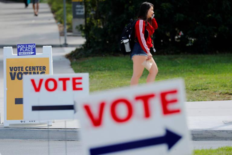 Cartazes apontam para locais de votação em Irvine, Califórnia (EUA)