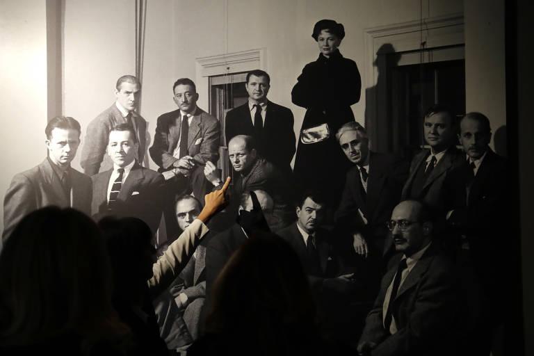 Mulher aponta para Jackson Pollock em retrato do grupo The Irascibles feito por Nina Leen; foto está na exposição 'Pollock and the School of NY', em cartaz no museu Vittoriano, em Roma, até fevereiro