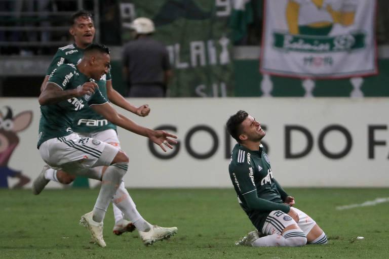 Jogador Victor Luis comemora terceiro gol do Palmeiras, que deu a vitória para a equipe em clássico contra o Santos neste sábado (3), no Allianz Parque