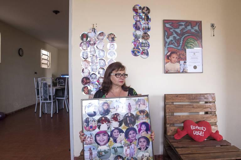 Maria José da Costa, mãe de Raynéia Lima, com fotos da filha em sua casa em Garanhuns (PE)Adolfo Santos Soneria/Folhapress