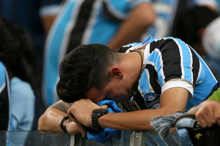 Torcedor do Grêmio lamenta derrota em casa contra o River Plate no segundo jogo da semifinal da Libertadores