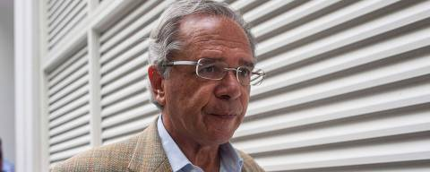 Brazilian Economist Paulo Guedes walks after speaking to the press outside Brazilian businessman Paulo Marinho's home, where Brazilian president-elect Jair Bolsonaro held a meeting, in Rio de Janeiro, Brazil, on October 30, 2018. - Brazil's far-right President-elect Jair Bolsonaro huddled with advisers Tuesday to finalize the cabinet that will be charged with implementing his hardline agenda, as opponents planned their