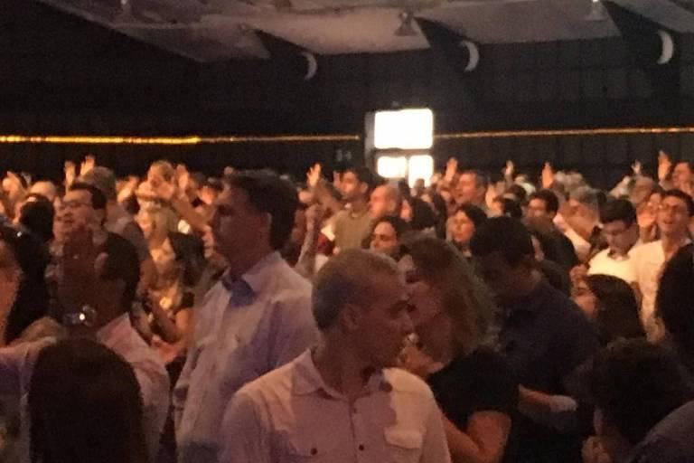 O presidente eleito, Jair Bolsonaro (PSL), e a mulher, Michelle, participam de culto no Rio