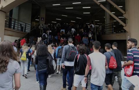 SÃO PAULO, SP, BRASIL, 04-11-2018: Candidatos chegam para fazer a prova do Enem, na Uninove da Barra Funda. (Foto: Eduardo Anizelli/Folhapress, COTIDIANO) ORG XMIT: PROVA ENEM