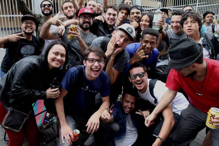 Aluno atrasado junto com grupo de jovens que esperavam estudantes que perderam a hora no Enem
